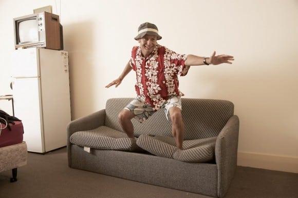 Homme qui suf sur un canapé